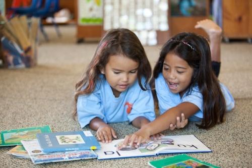 Girls_Reading-Hawaien